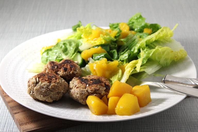 Tofu-Erdnussboulette mit Mangosauce und Salat