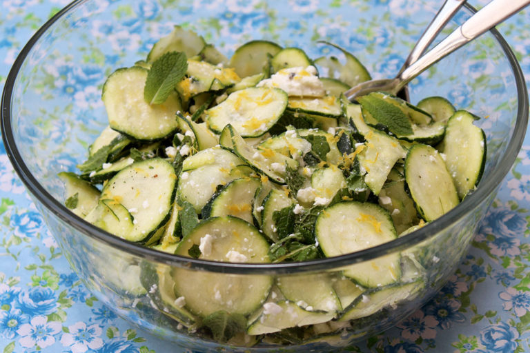 Zucchinisalat mit Zitronenfeta und Minze